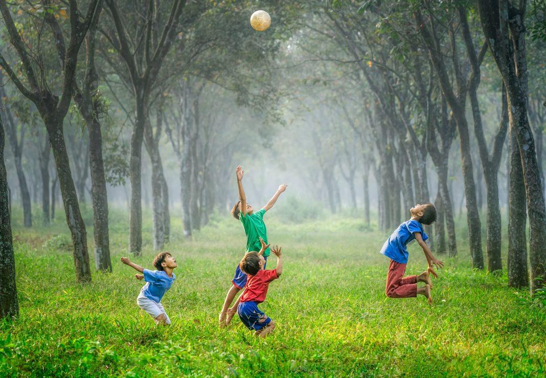 Lasten leikkiessä on hyvä hetki rentoutua tai oppia uutta